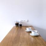 Filiżanki z kawą na blacie w dębu litego