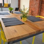 Drewniany, dębowy blat stołu w lokalu