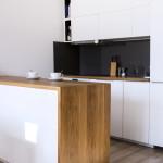 Nowoczesna kuchnia, biel i drewno