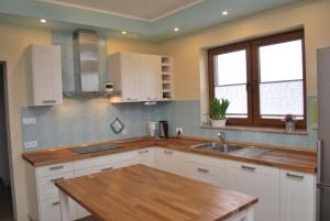 Kuchnia wyposażona w drewniane blaty i drewniany stół