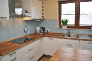 Wyposażenie kuchni w drewniane blaty i stół