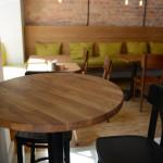 Wyposażenie lokalu, drewniany, dębowy okrągły stolik, drewiane stoliki, krzesła
