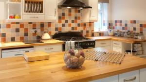 Nowoczesne wyposażenie kuchni, dębowy blat wyspy w kuchni