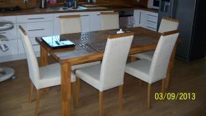 Wnętrze kuchni, dębowy stół z krzesłami