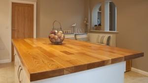 Drewniany blat wyspy w kuchni