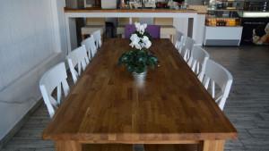 Duży dębowy stół wewnątrz lokalu