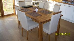 Duży, dębowy stół dla całej rodziny