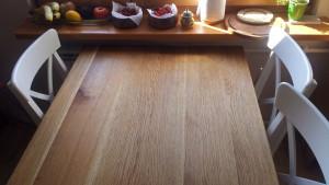 Drewniany stół kuchenny, białe krzesła