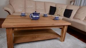 Filiżanki z herbatą na drewnianym stoliku kawowym w pokoju