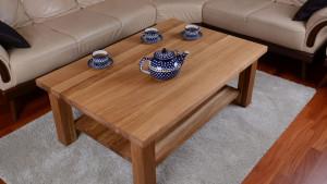 Filiżanki z herbatą na drewnianym stoliku kawowym