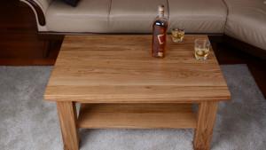 Alkohol na dębowym stoliku z półką