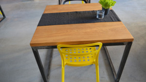 Stoli z dębowym blatem, żółte metalowe krzesło