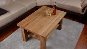 Dębowy stolik kawowy z półką, alkohol na stoliku