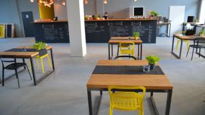 Drewniane stoliki, drewniany blat baru w lokalu