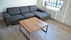 Eleganckie wnętrze pokoju, stolik z drewnianym bletem