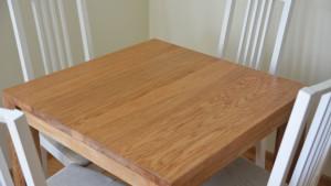 Mały stół z drewna dla 4 osób