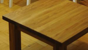 Drewniany kwadratowy stolik