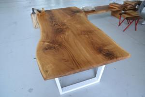 Ława z drewnianym blatem w nietypowym, nowoczesnym kształcie