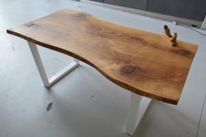 Stół z blatem w nietypowym kształcie
