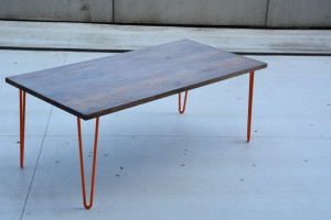Stół z ciemnym blatem
