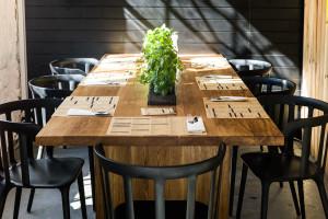 Drewniany blat i metalowe krzesła