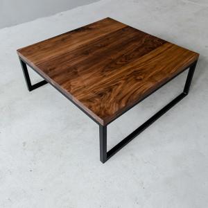 Stolik z ciemnym drewnianym blatem