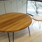 Okrągłe, drewniane stoły z metalowymi nóżkami