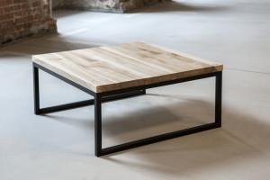 Stolik z drewnianym blatem i metalowymi nóżkami