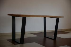 Stół z drewnianym blatem i metalowymi nogami z innej perspektywy