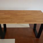 Stół z drewnianym blatem i metalowymi nogami
