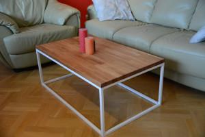 Prostokątny stolik z drewnianym blatem w pokoju