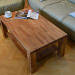 Drewniany stolik z półką w pokoju