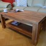 Drewniany stolik z półką