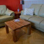 Kwadratowy, drewniany stolik w pokoju