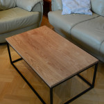 Drewniany stolik obok kanapa i fotel