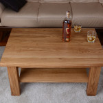 Drewniany stolik z półką obok narożnika