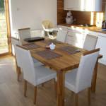 Wnętrze kuchni, drewniany, prostokątny stół dla 6 osób