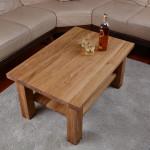 Drewniany stolik w salonie