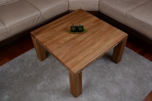 Drewniany stolik obok narożnika