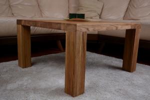 Drewniany stolik przy narożniku