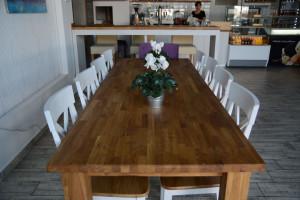 Duży drewniany stół wewnątrz lokalu