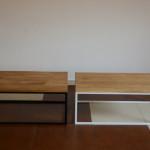 Stoliki z drewnianymi blatami i metalowymi nogami