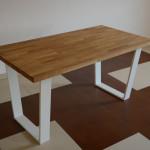 Stół z drewnianym blatem i metalowymi, białymi nogami