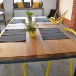 Drewniany blat stołu w lokalu