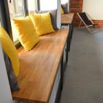 Drewniane parapety przeznaczone do siedzenia w lokalu