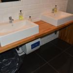 Wyposażenie łazienki, drewniany blat
