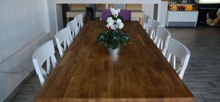 Stół dębowy jako element wyposażenia domu