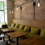 Wnętrze lokalu, lokal wyposażony w drewniane meble