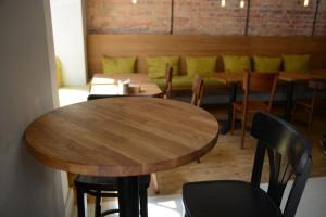 Wyposażenie lokalu, drewniany okrągły stolik, drewiane stoliki, krzesła